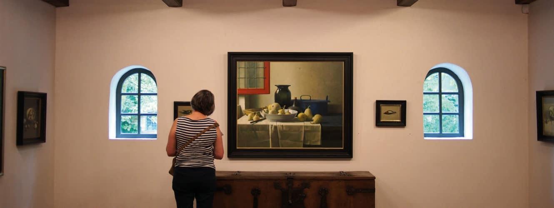 Stilleven Helmantel in zijn museum
