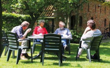 Met Henk Helmantel in zijn tuin